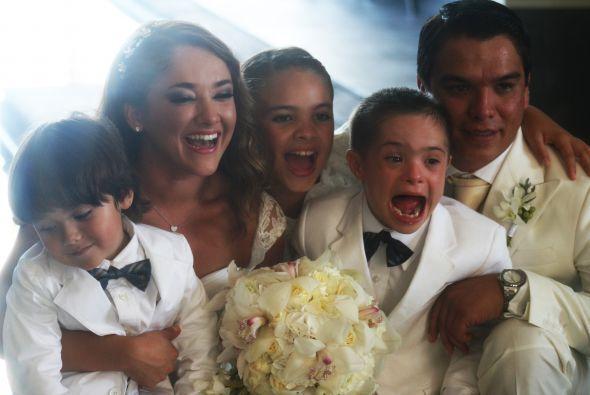 Sherlyn posando con su sobrino y Gerardo con sus hermanitos.
