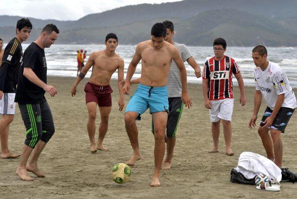 Hicieron suya la playa de Santos para pasar un buen rato con varios afic...