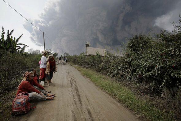 El Sinabug ha entrado en erupción varias veces en los dos últimos meses,...
