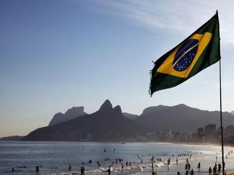 Así como muchos celebran el gran juego en Brazil. Otros grupos se...