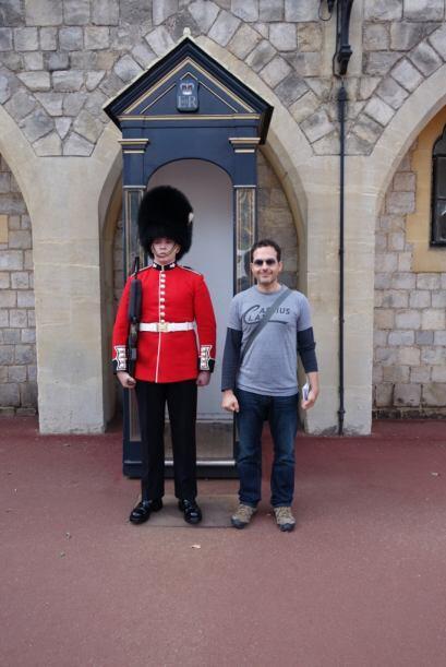 Aquí está junto a uno de las guardias del palacio. Le dice...