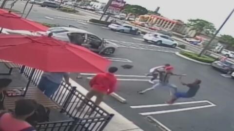 En videos de seguridad se ve cómo un joven es apuñalado en un estacionam...