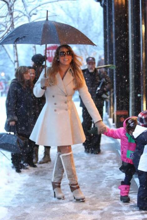 La cantante iba ataviada con un elegante abrigo en color beige que la ha...