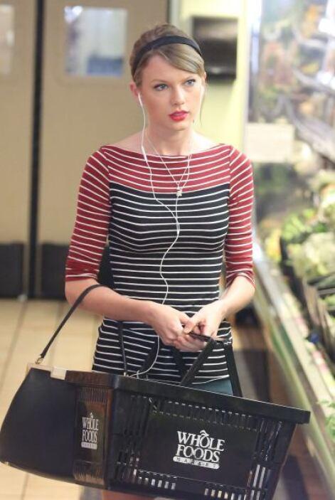 Taylor Swift haciendo las compras del súper. Eso sí, con audífonos para...