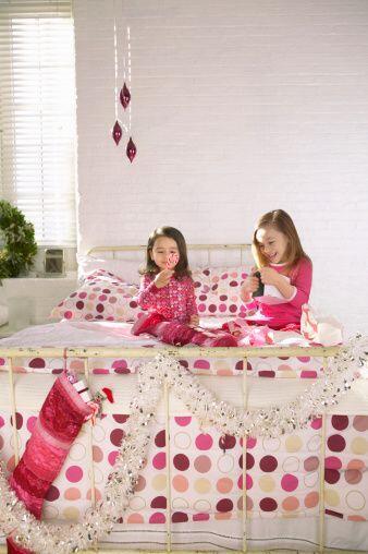 Opta por otros colores que te remitan a la época decembrinas, el rosa en...