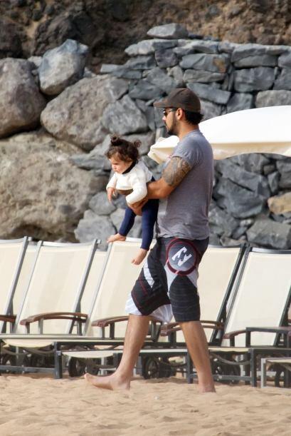 Eduardo con uno de los nenes.  Mira aquí los videos más ch...
