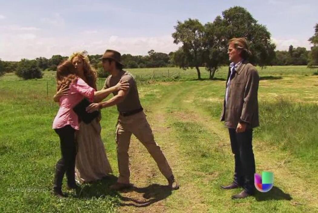 Camila les platica a Rafael y a Viviana que Miriam se quedará unos días...