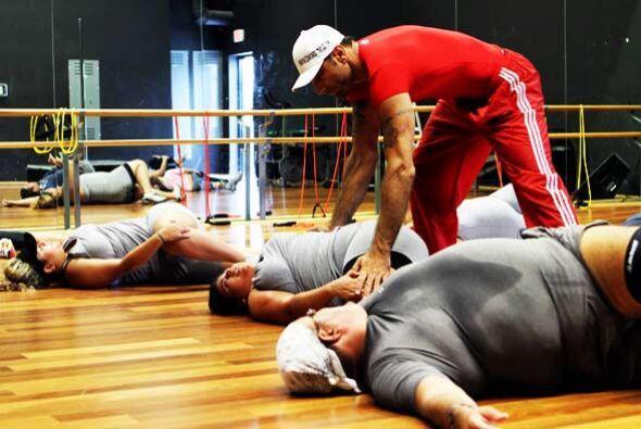 El entrenador está pendiente de cada uno de los movimientos de los gordi...