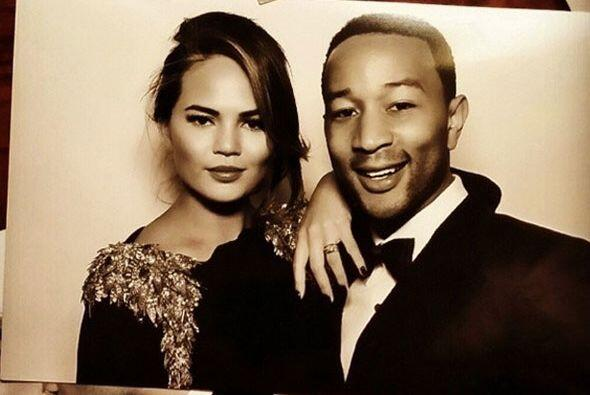 John Legend y su pareja, Chrissy Teigen. El cantante les entonó su éxito...