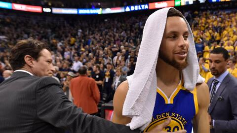 Curry anotó 30 puntos y los Warriors barrieron a los Jazz
