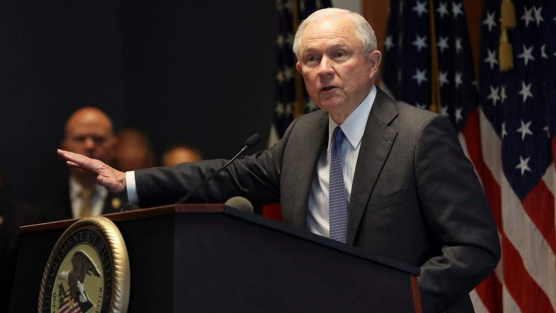 Jeff Sessions reitera su objetivo de perseguir y erradicar la Mara Salva...