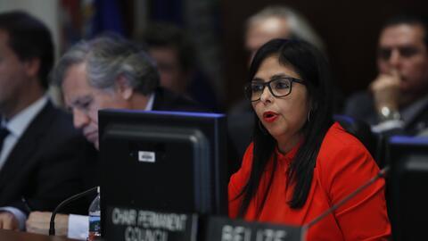La canciller venezolana Delcy Rodríguez, derecha, con el secretario de l...