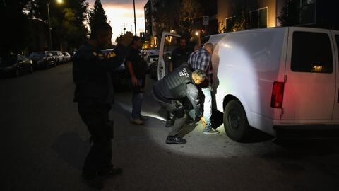 Los residentes de Pasadena se reúnen para defender a los inmigrantes ind...