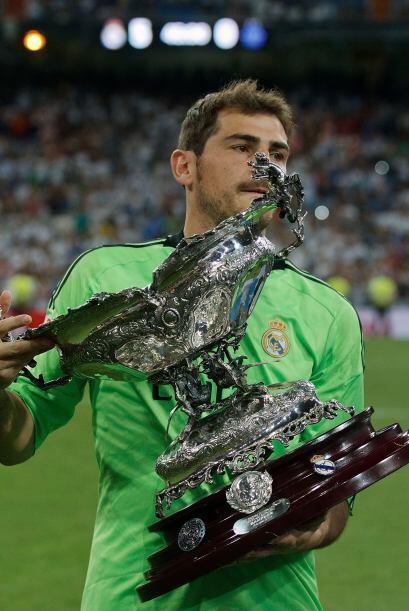 Iker Casillas ofrece el trofeo a la afición madridista que vivi&o...
