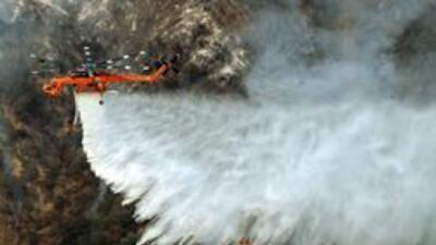 Los bomberos siguen logrando avances en la contención del incendio más g...