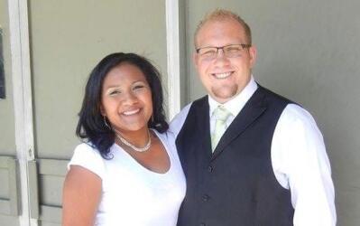 A Josh Holt, en la imagen el día de su boda con su esposa venezol...