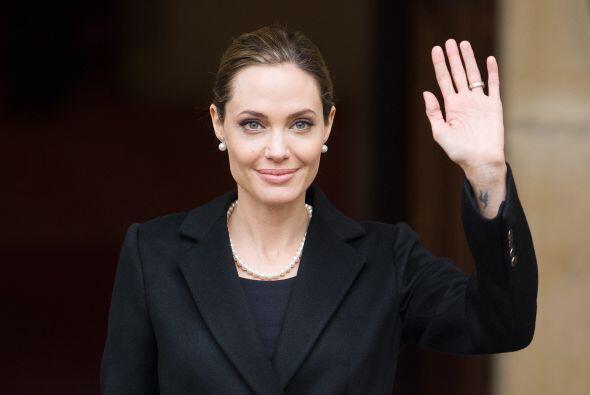 La labor altruista de Jolie inició cuando viajó a Camboya para filmar la...