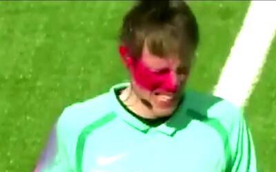 Un árbitro asistente fue atacado por un aficionado: le pintó la cara con...