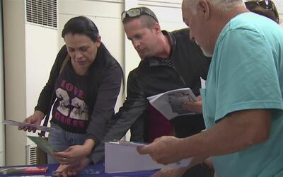 Representantes del gobierno federal ofrecen información para inmigrantes...