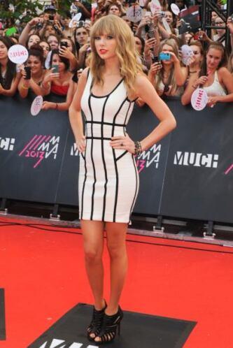 """Taylor Swift siguió la moda geométrica junto con la """"black & white"""" para..."""