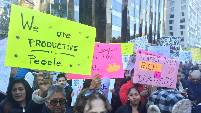 Unas 5,000 personas acudieron a la marcha frente al Trump Hotel.