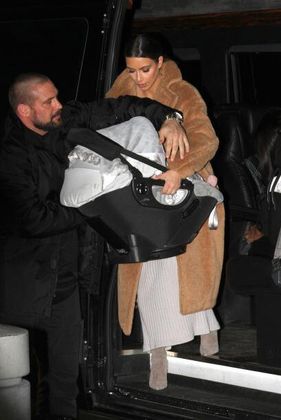 Kim Kardashian llegó al aeropuerto John F. Kennedy de Nueva York muy tap...