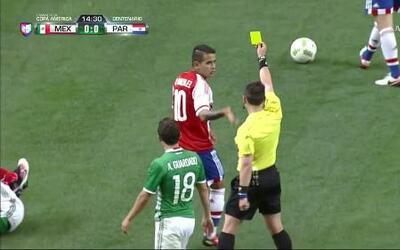 Tarjeta amarilla. El árbitro amonesta a Derlis Alberto González de Paraguay