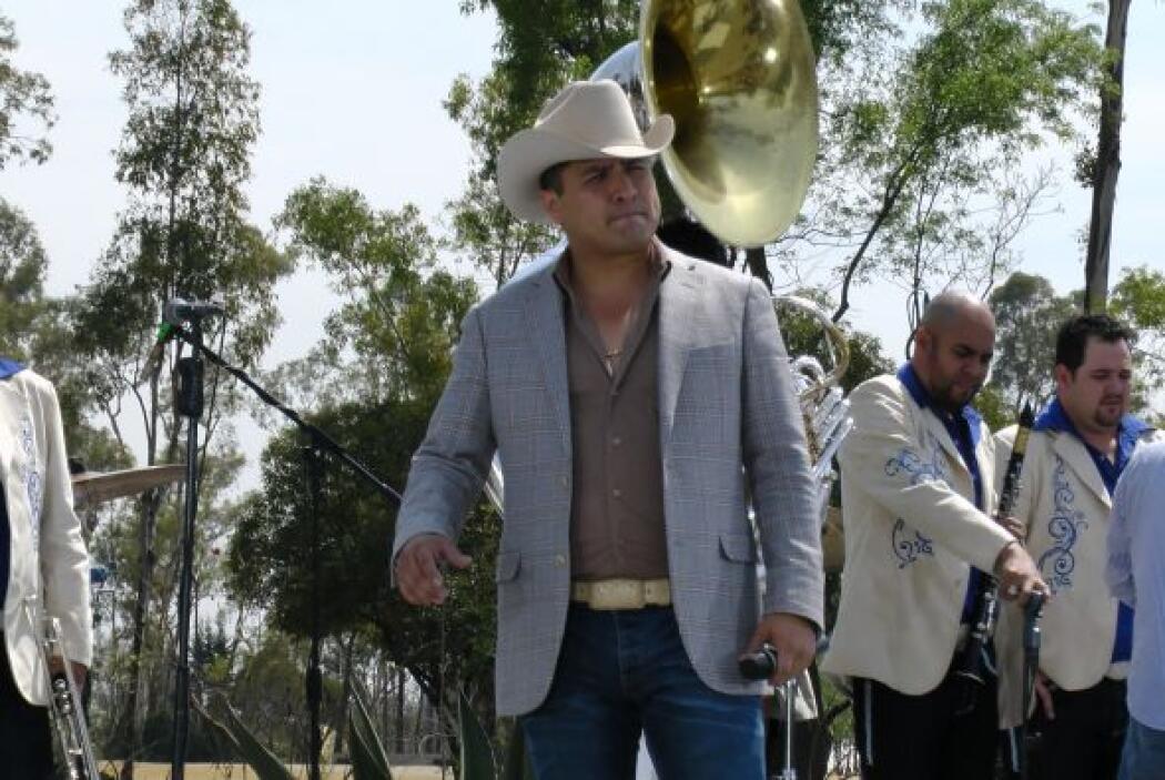 Pero el cantante no llegó solo, ya que su banda lo acompañó para un núme...