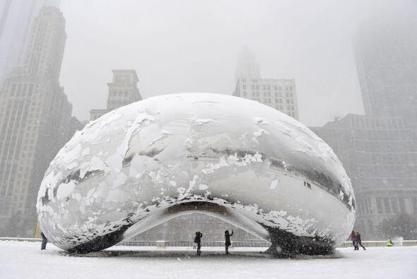 """La escultura """"Cloud Gate"""", comunmente conocida como """"el frijol"""" cubierta..."""