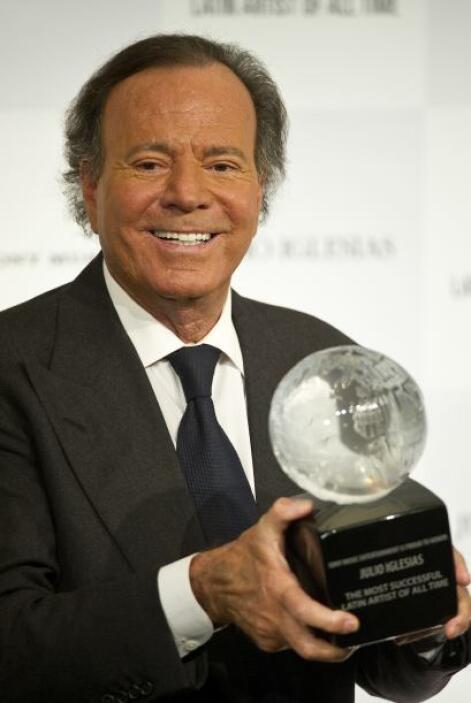 Julio Iglesias fue premiado en Londres por parte de Sony Music como el a...