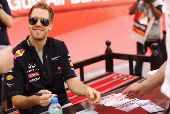 Previo a la carrera, Sebastian Vettel ofreció una firma de autógrafos.