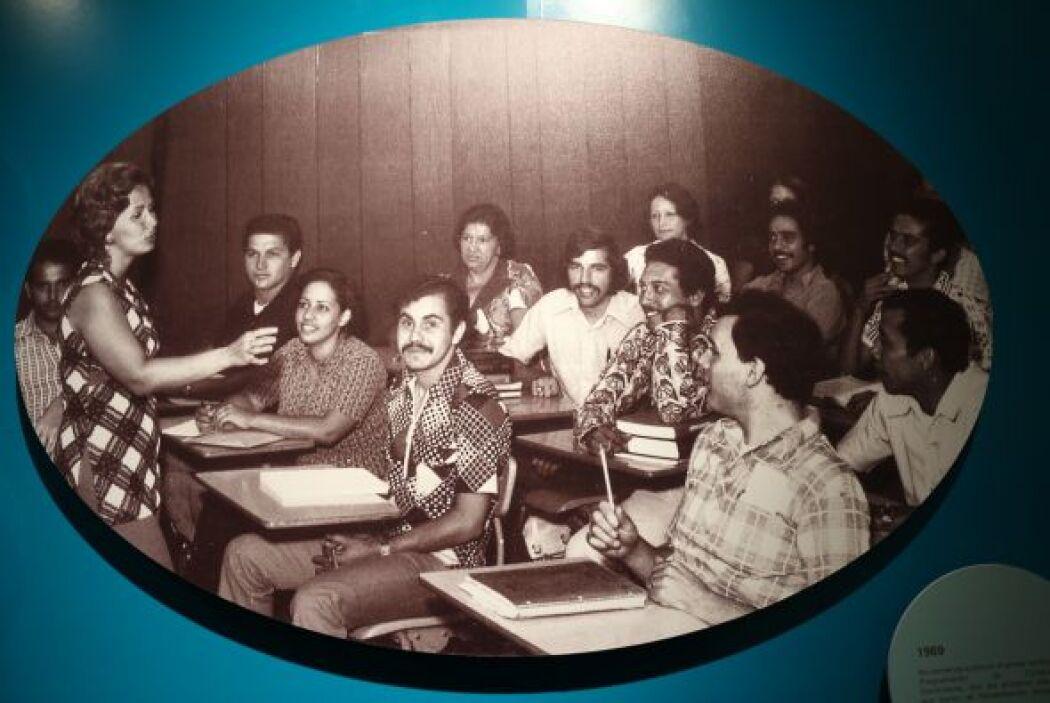 1969- Se comienza a ofrecer el primer certificado en Programación de Com...