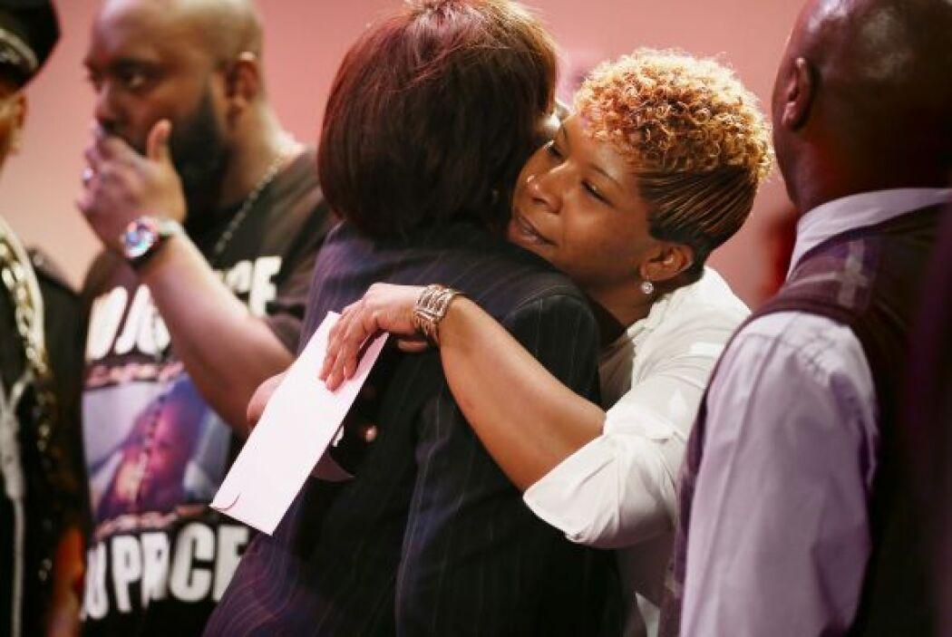 La madre de Michael es consolada por sus familiares y amigos por la muer...