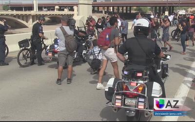 El reverendo Jarrett Maupin es arrestado durante una protesta
