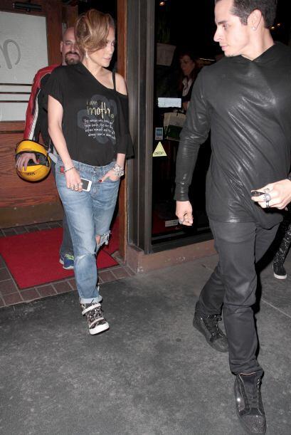 Casper voltea a ver a J.Lo, quien parece muy fastidiada. Mira aquí los v...