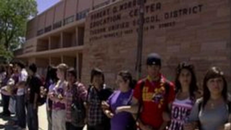 Estudiantes dentro de una clase de estudios étnicos.