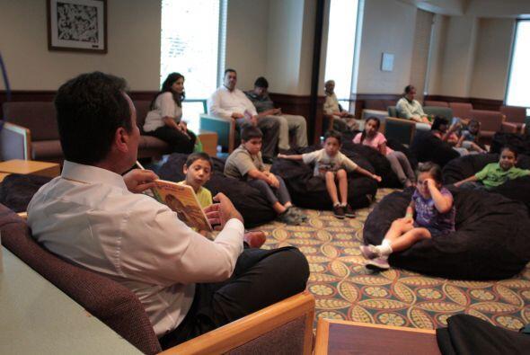 Jairo Diaz Pedraza en su lectura con los niños