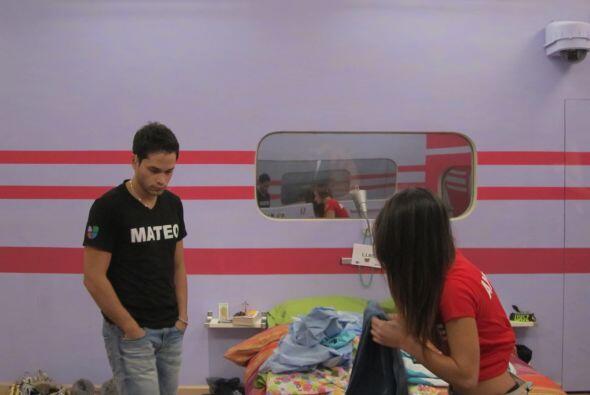 Mateo entró a la habitación y le dio apoyo.