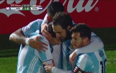 Gonzalo Higuaín abre el marcador con un golazo de vaselina ante Honduras