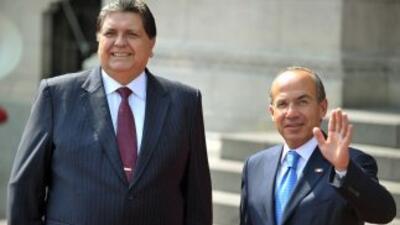 El presidente mexicano Felipe Calderon Hinojosa con su homólogo de Perú,...