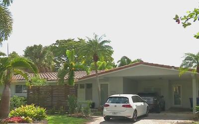 Policía busca a dos hombres que robaron una vivienda en Wilton Manors