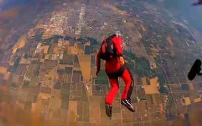 Hombres pájaro usan trajes con alas para lanzarse a 14 mil pies de altura