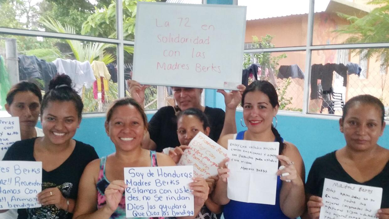 Un grupo de madres inmigrantes centroamericanas en la casa de acogida La...