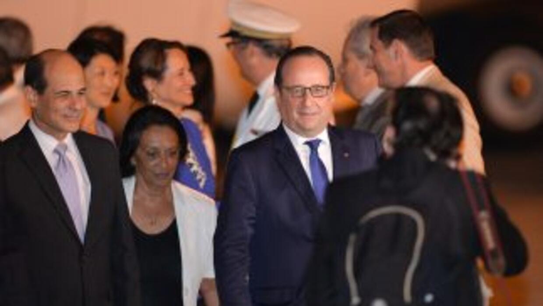 El presidente de Francia, Francois Hollande, arriba al aeropuerto intern...