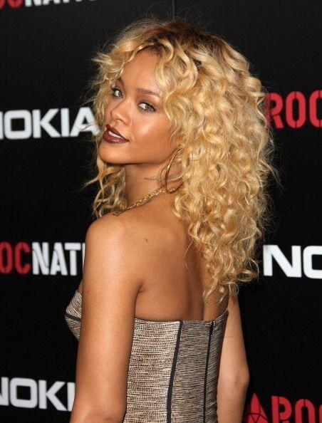 Rihanna es otra personalidad que ha traído mil y un 'looks' en el cabell...