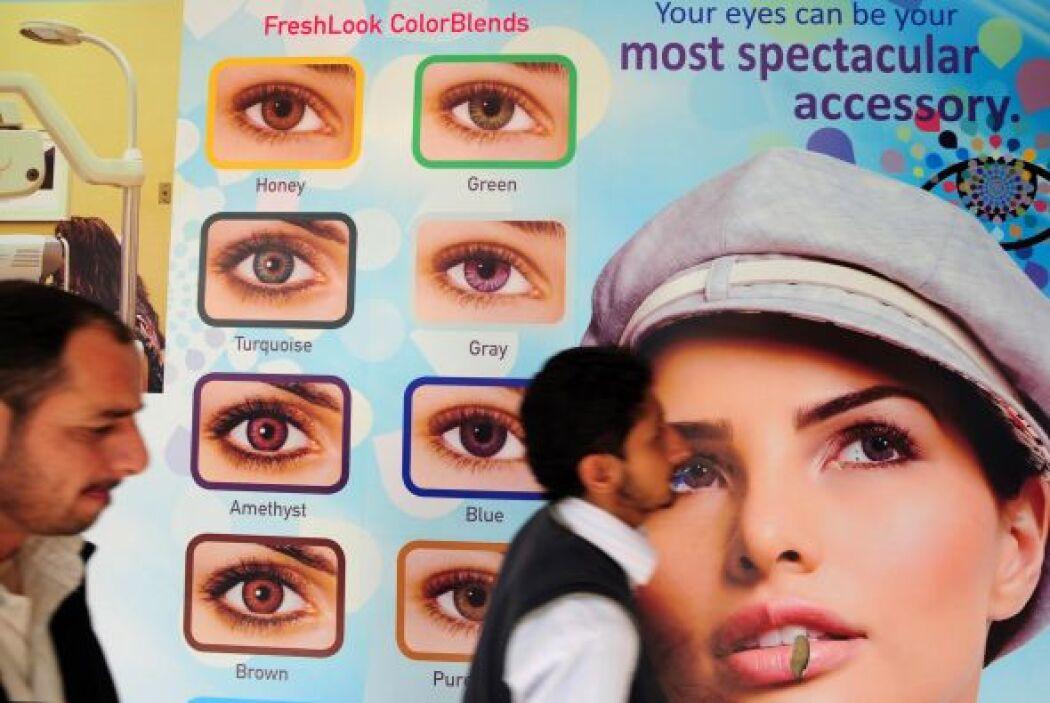 Al usarse como accesorio, las lentes de contacto decorativas pueden resu...