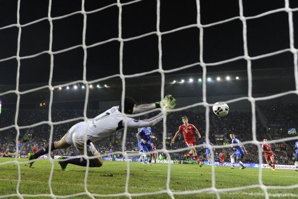 Buen disparo del francés, imparable para Peter Cech.