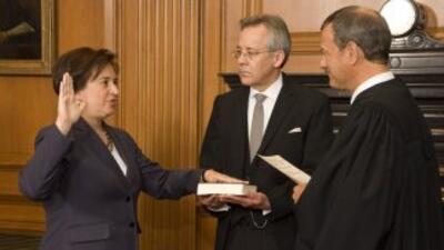 Elena Kagan prestó juramento como la cuarta mujer en la Corte Suprema de...