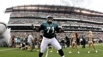Con 32 años de edad, el tackle ofensivo de los Eagles se quedará en Phil...