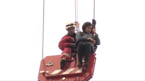 En video: El difícil rescate de una mujer subida a una grúa a 20 pisos d...